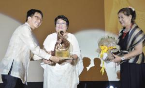 Custodio (center) with Chancellor Tan (left) and CMC Dean Pernia.